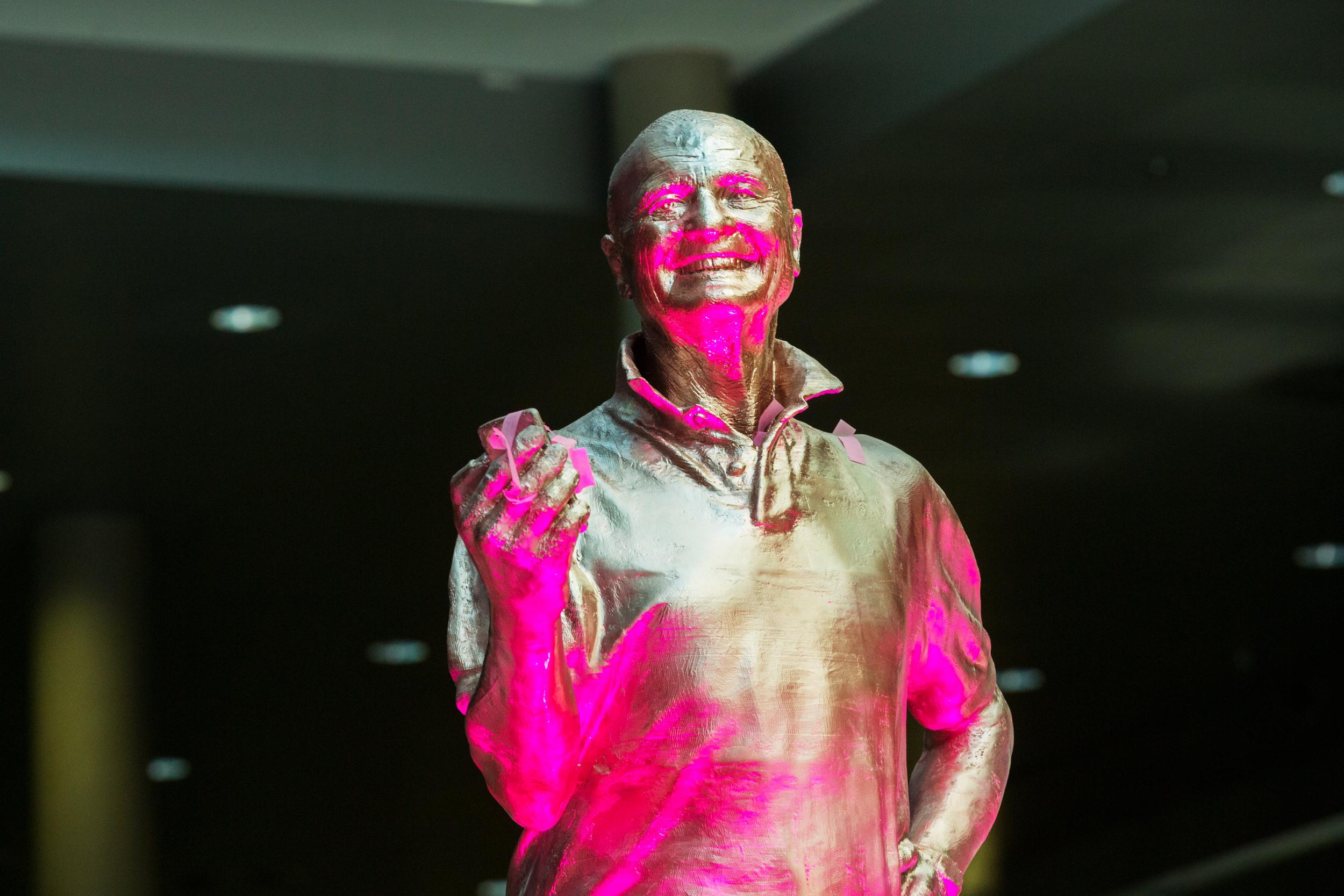 Loyalität lohnt sich: Lebensgroße 3D-Statue vom treuesten Kunden von T-Mobile enthüllt