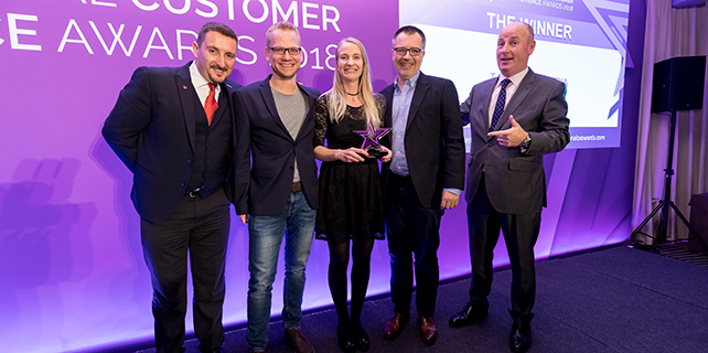 Die Jurymitglieder rechts und links mit Bernhard Rathmayr (Leiter eService & Innovations, T-Mobile), Kerstin Riedl (Innovation Manager, T-Mobile) und Michael Kickinger (Service-Leiter T-Mobile) Rechte: International Customer Experience Awards